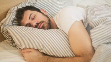 Met deze ademhalingstechniek val je binnen twee minuten in slaap
