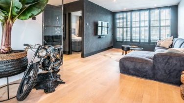 Nu te koop op Funda: ongelofelijk stijlvolle mancave verborgen in flatgebouw