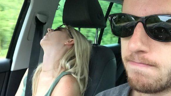 Jongen gaat op vakantie met vriendin en maakt hilarische fotocollectie hoe 'gezellig' het was