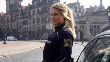 Door deze politieagente willen we allemaal in de boeien geslagen worden
