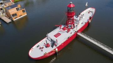 De leipste woonboot van Nederland staat nu te koop op Funda