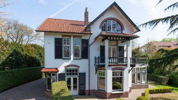 Deze luxe villa met leipe autolift staat nu te koop op Funda