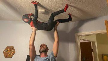 Vader gebruikt geweldige Photoshop-skills zodat zoon een real life Spider-Man lijkt