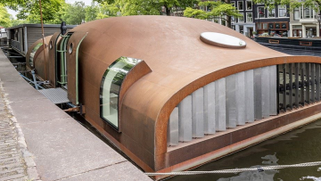 Indrukwekkende Amsterdamse woonboot NESSIE staat nu te koop