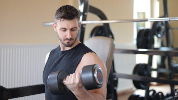 Thuis sporten: met deze oefeningen train jij heel jouw lichaam en blijf je fit