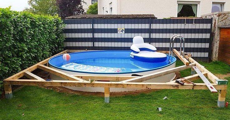 Man maakt met een opblaasbadje en wat hout een leip zwembadplatform