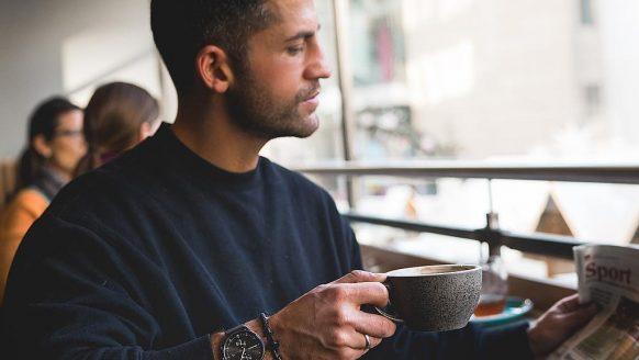 Waarom moet je poepen na een kop koffie in de ochtend?