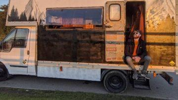 Man bouwt voor €17.600 een oude verhuisbus om tot ultieme mancave camper