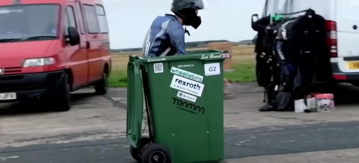 Man vestigt wereldrecord met de snelste vuilnisbak op wielen