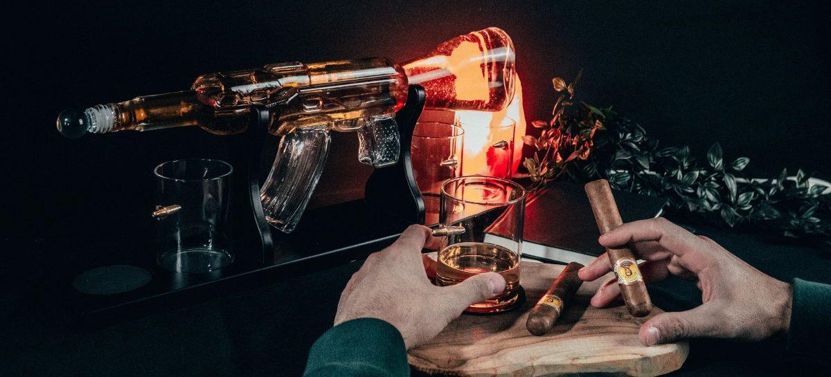 Deze AK-47 karaf is hét brute pronkstuk van iedere whiskey baas