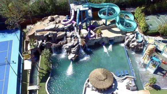 Bizar! Dit $28 miljoen kostende landhuis heeft een reuze waterpretpark in de achtertuin