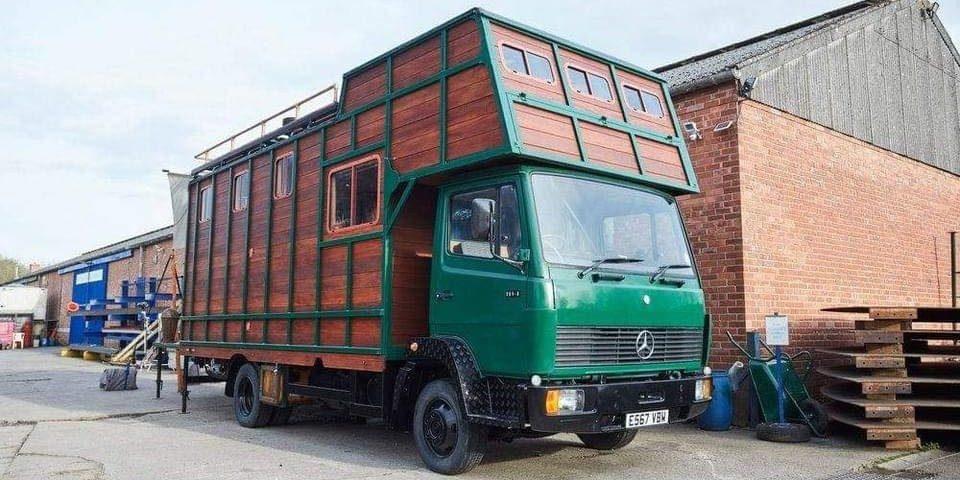 Deze oude vrachtwagen is omgetoverd tot houten mega camper