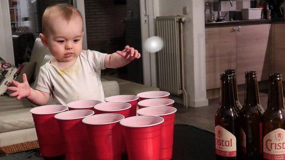 Photoshop-vader deelt geniale fotocollectie van baby die de gekste dingen doet