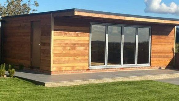 Geniale man bouwt een van de beste sportbarren ooit in zijn eigen achtertuin
