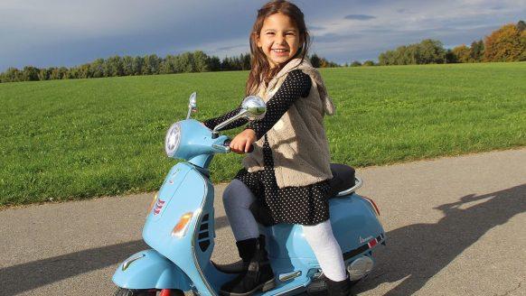 De Lidl verkoopt nu een geniale elektrische mini-Vespa voor kinderen