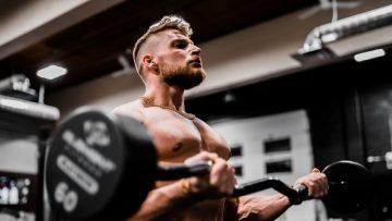 Deze 4 fouten maken veel mannen bij het trainen van de biceps