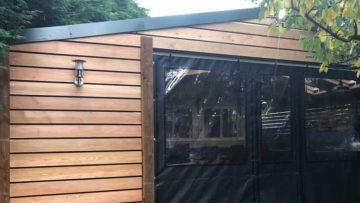 Man bouwt waanzinnig bruin café met restaurantgedeelte in de eigen tuin