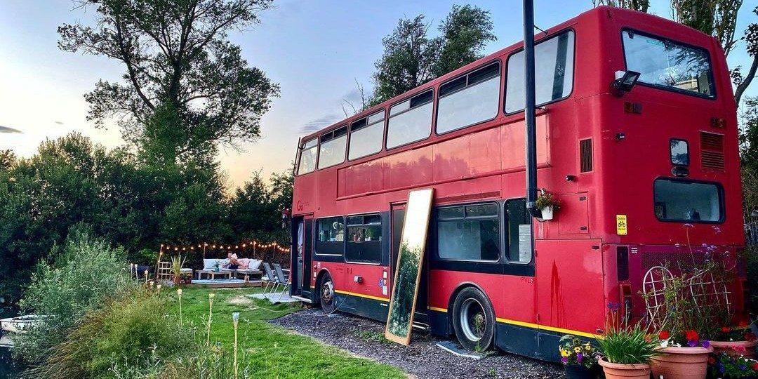 Koppel tovert Londense dubbeldekker bus om tot mega camper