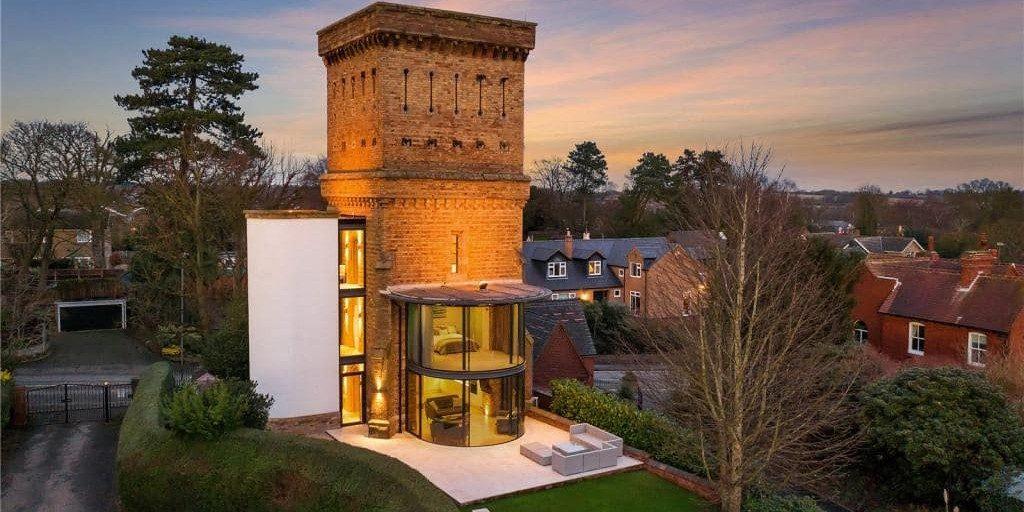 Te koop: watertoren uit 1853 is omgetoverd tot absurd stijlvol loft