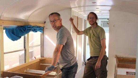 Vader en zoon bouwen een oude schoolbus om tot volwaardige mega camper