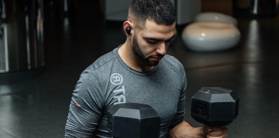 4 oefeningen met dumbbells voor je rug