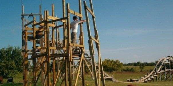 Man geeft €8.000 uit en bouwt een achtbaan in zijn eigen achtertuin