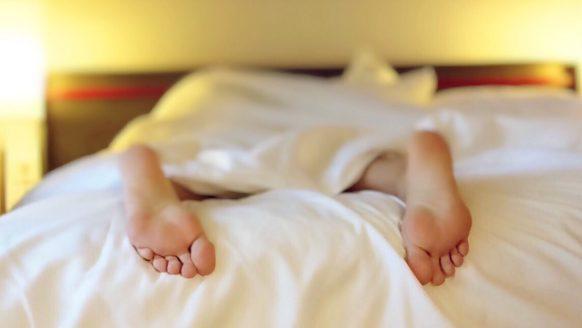 Expert geeft verlossende antwoord: is slapen met sokken goed of slecht?