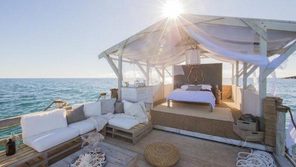 Deze drijvende Airbnb mét uitzicht op de Great Barrier Reef is de ultieme droomvakantie