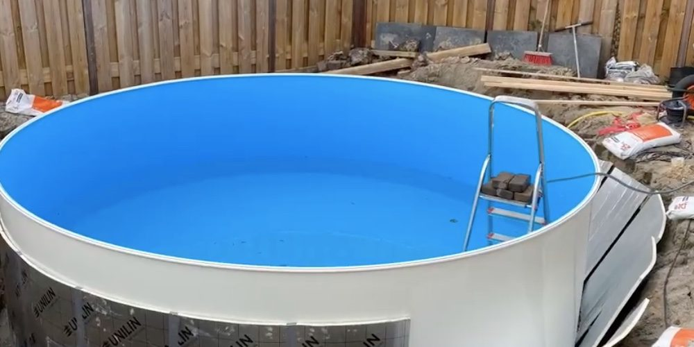 Nederlandse man bouwt zelf in 6 weken een zwembad in de tuin