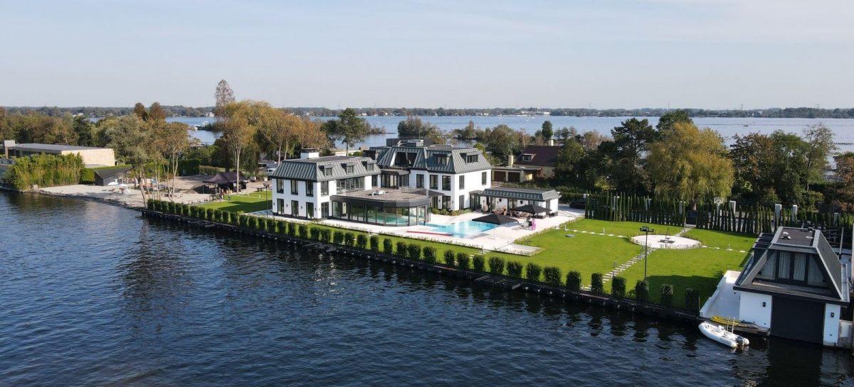Te koop: miljoenenvilla in Vinkeveen met o.a. een privé strand én nachtclub