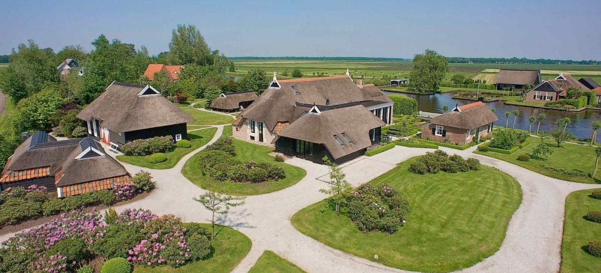 Deze koninklijke woonboerderij (met boothuizen, autolift en meer) staat nu te koop