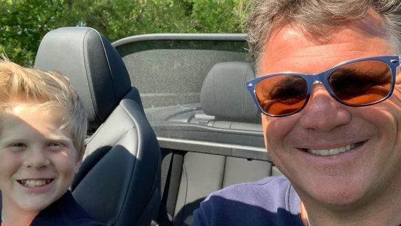 In deze dikke auto rijdt de Nederlandse zanger Wolter Kroes