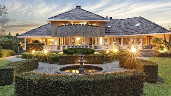 Het enorme miljoenen landhuis van Aron Winter staat te koop op Funda