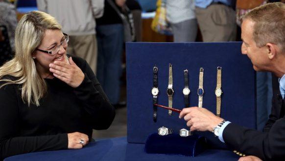 Vrouw laat oude horlogecollectie van haar vader taxeren en heeft de dag van haar leven
