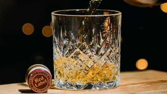 De verschillende soorten whiskyglazen op een rij