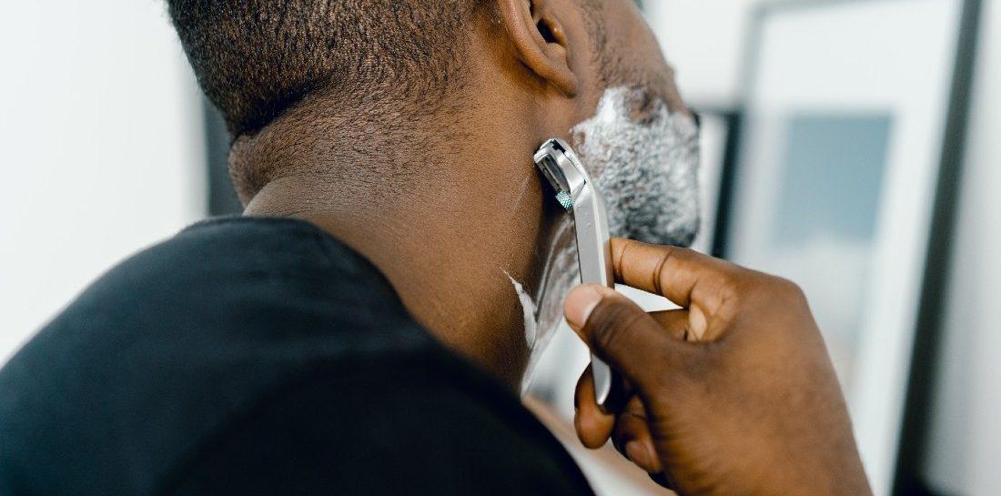 Moet je scheren tegen de haargroei in of met de haargroei mee?