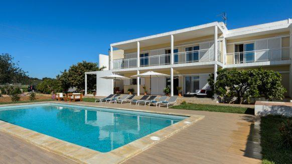 Deze dikke Ibiza villa huur je met 10 vrienden voor €28 per persoon
