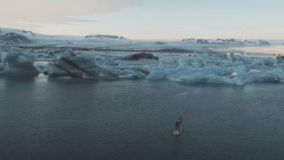 Waanzinnige video toont hoe een man supt op het grootste gletsjermeer van IJsland