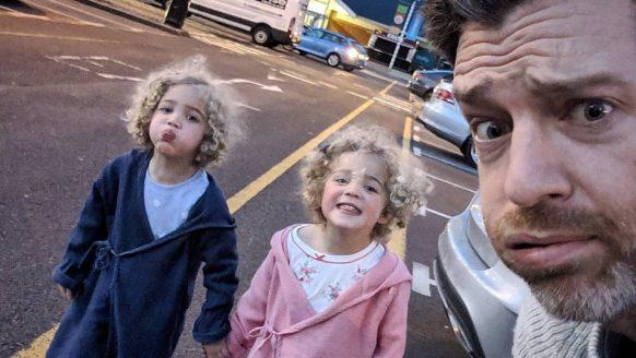 Geniale fotocollectie: jonge vader laat zien hoe zwaar het leven is met 4 dochters