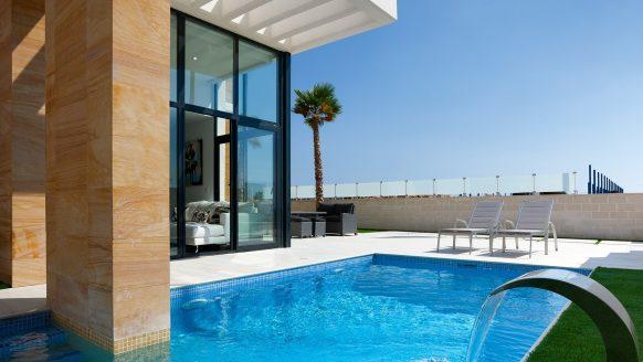 Droom vakantiehuis: deze ultra luxe villa (mét zwembad) in Spanje staat te koop voor een spotprijsje