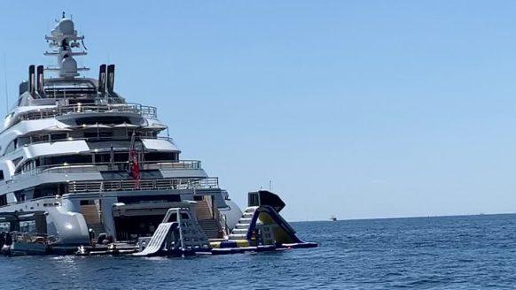 Man spot superjacht 'Ocean Victory' van 140 meter lang in Monaco