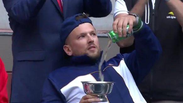 Eindbaas Dylan Alcott wint US Open Quad Singles 2021 en nekt biertje uit zijn trofee