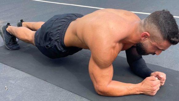 Man verbreekt wereldrecord planking met een héél indrukwekkende tijd