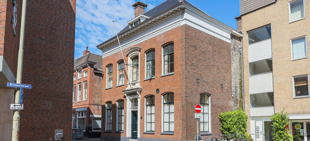 Unieke Funda vondst: in Groningen staat een oud bankgebouw (mét kluis) te koop