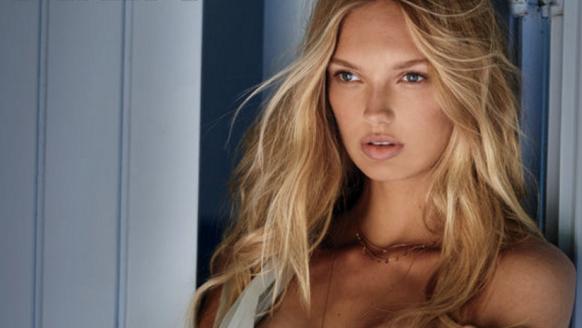 Romee Strijd trekt haar lingerie uit voor een hele sexy shoot