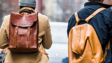6 stijlvolle manieren om een backpack te dragen