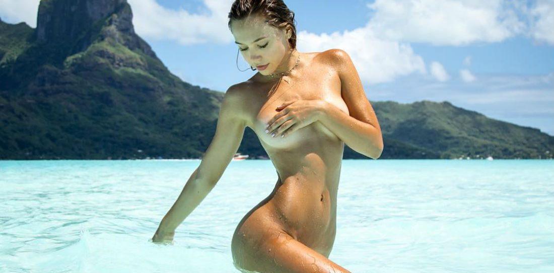 Prachtvrouw Alexis Ren skinny dipt in deze nieuwe fotoshoot