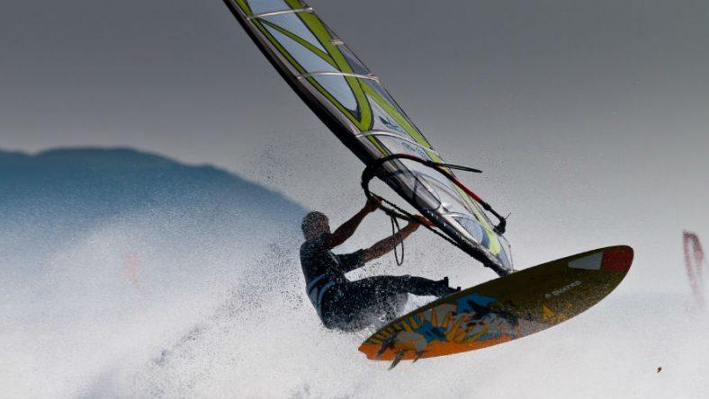 Deze windsurfers doken het water in tijdens een razende orkaan
