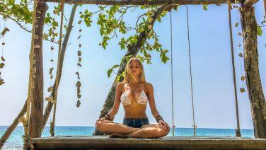 Deze hete yoga docente brengt je in totale ontspanning