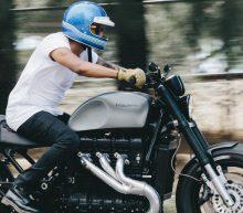Forse Triumph Rocket omgetoverd tot brute cafe racer